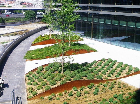 Courtyards of the offices built with the green roof concept.