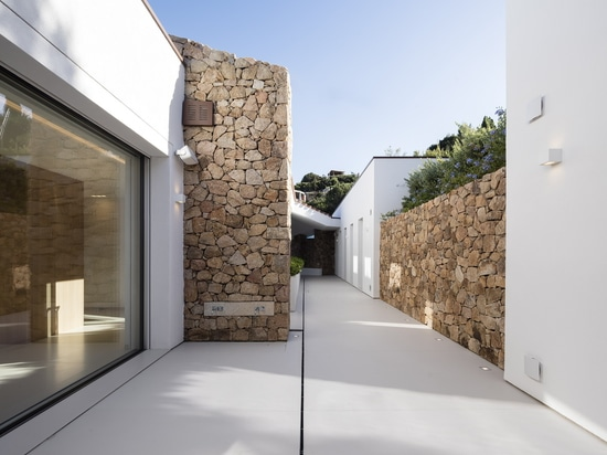 Villa Manta in Porto Cervo, Sardinia: the purity of Lapitec®, a dialogue between nature and structure