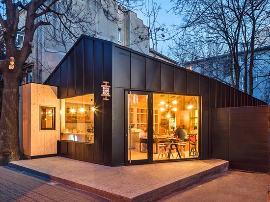 Contemporary cabin-like cafe pops up in the heart of Bucharest