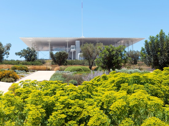 Regardless of where you're standing in the park, your eye is always drawn to the lofty roof terrace. © SNFCC / Yiorgis Yerolymbos