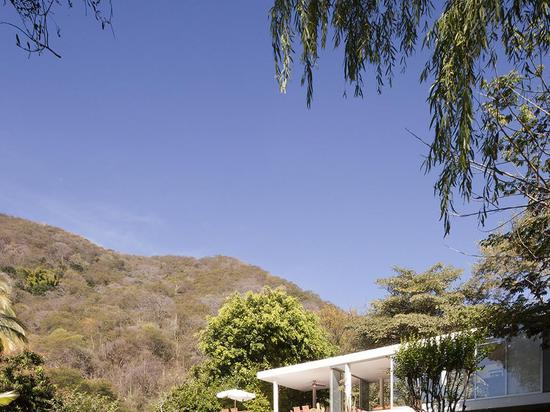 A farnsworth inspired weekend house on the edge of a volcanos crater