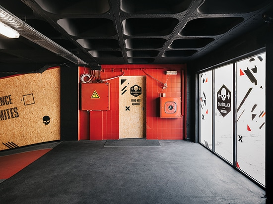 estúdio AMATAM transforms car workshop into CROSSBOX center