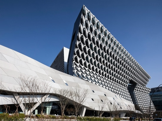 Morphosis weaves textile research facility facade from reinforced fibre