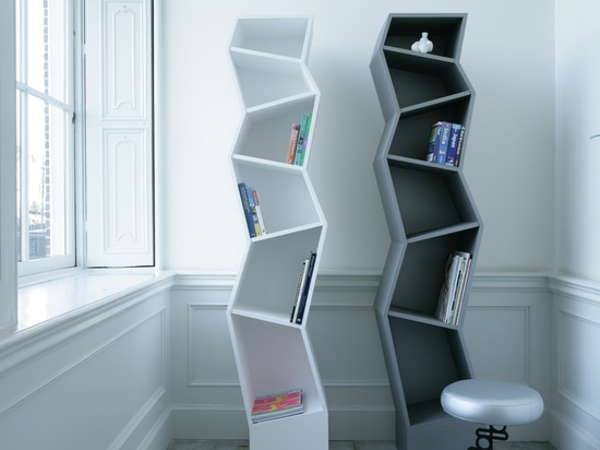 Bookcase Empire, design Alfredo Häberli. On the right: stool Ken, design Marcel Wanders.