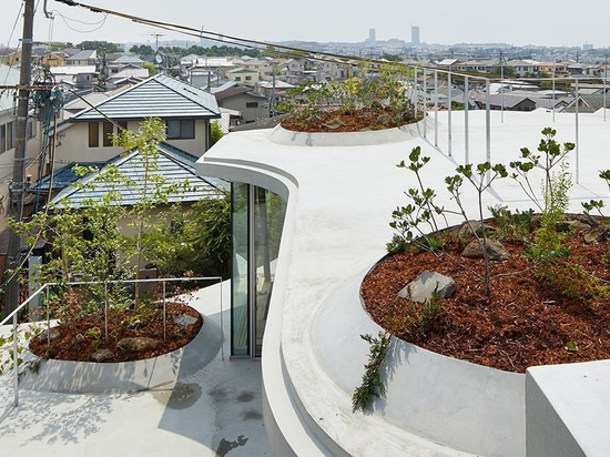 tomohiro hata constructs the 'ground house' in response to the density of osaka