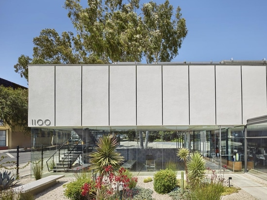 Former employee of Richard Neutra, Maxwell Starkman designed a studio for his own practice in 1958. Now, 1100 Architect has converted the mid-century structure into a contemporary office for a desi...
