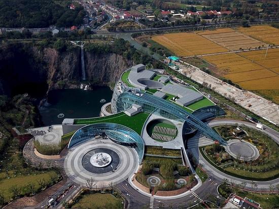"Jade + QA unveils ""groundscraper"" hotel in Chinese quarry"