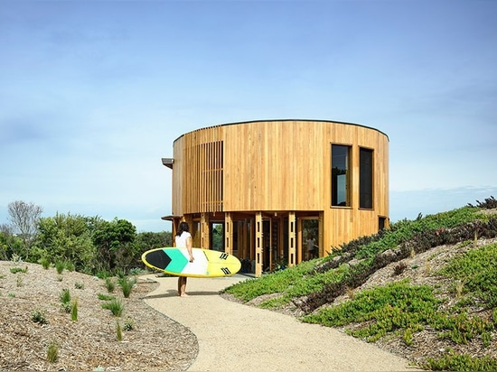 austin maynard's circular beach house is secluded among the coastal dunes of australia