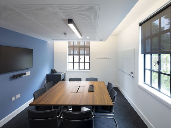 The seminar rooms at the London Business School have office furniture similar to that in contemporary offices. A dynamic multipurpose chair in the shape of the Neos cantilever chair was chosen to o...