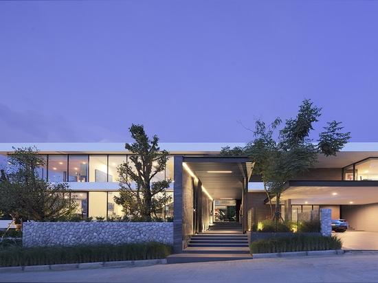 Horizontal House / Ayutt and Associates Design