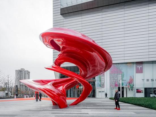 Christian de Vietri's New Sculpture Named 'Between Heaven and Earth'