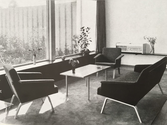 In 1957, Herbert Hirche designed the extensive 480 upholstered furniture range with linear and very delicate solid wood frames (bottom). As a variant, the 486 lounge chairs had feet made of compres...