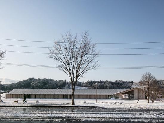 kengo kuma integrates natural hot springs into the oyu road station of kazuno city