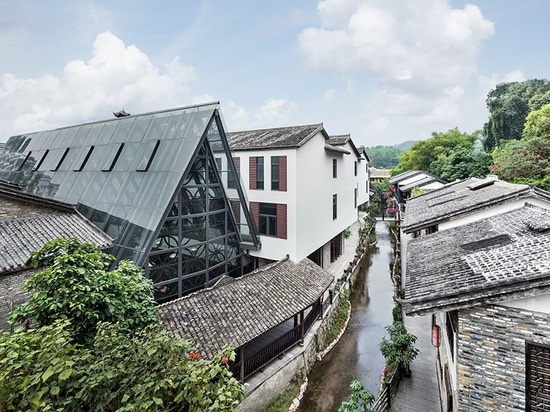pleasanthouse inserts two glass volumes into nanxianglou art hotel in shenzhen