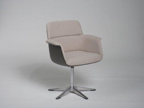 Upholstered task chair with glass-fibre-reinforced plastic shell, designed by Friso Kramer. Photo: Wilkhahn