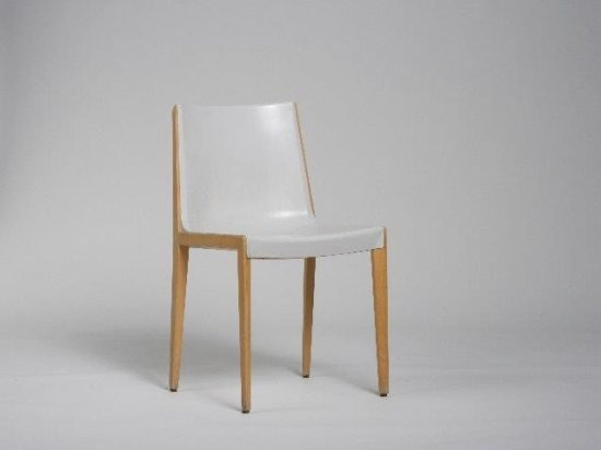 Unusual combination of a wood frame with a glass-fibre-reinforced plastic shell. Chair by Friso Kramer for Wilkhahn. Photo: Wilkhahn