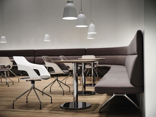 Thanks to a seating height of 45 cm, the Insit range is an ideal bench solution for eateries. Photo: Wilkhahn
