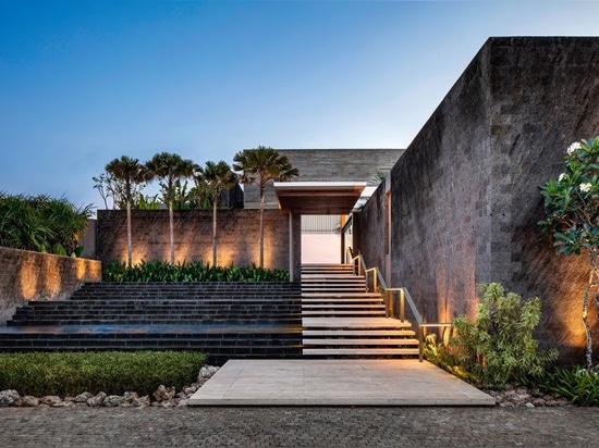 SAOTA blends indoor and outdoor space to form 'uluwatu house' in bali