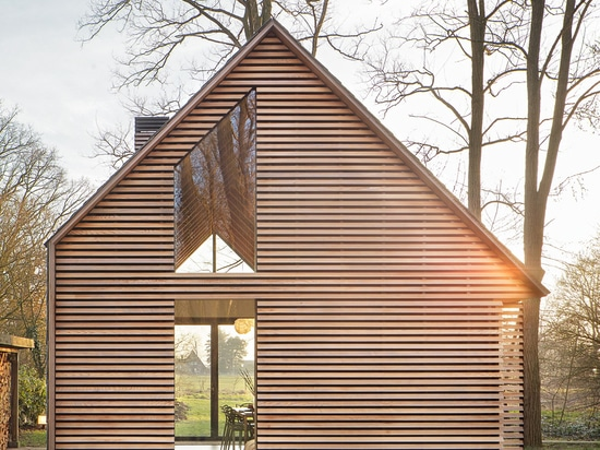 ROEL VAN NOREL & ZECC ARCHITECTEN DESIGN SHUTTER-CLAD COTTAGE