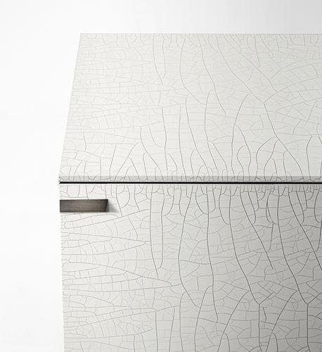 コンテンポラリーサイドボード / 硬化ガラス製 / 漆塗りを施したメタル製 / ガラスパネル付き