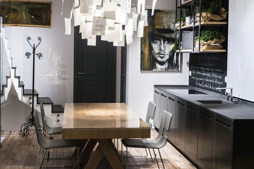 cozinha contemporânea / em pedra / metálica / com puxadores embutidos