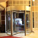 porta de entrada / giratória / em vidro / automática