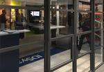 porta de entrada / de abrir / em vidro / em alumínio