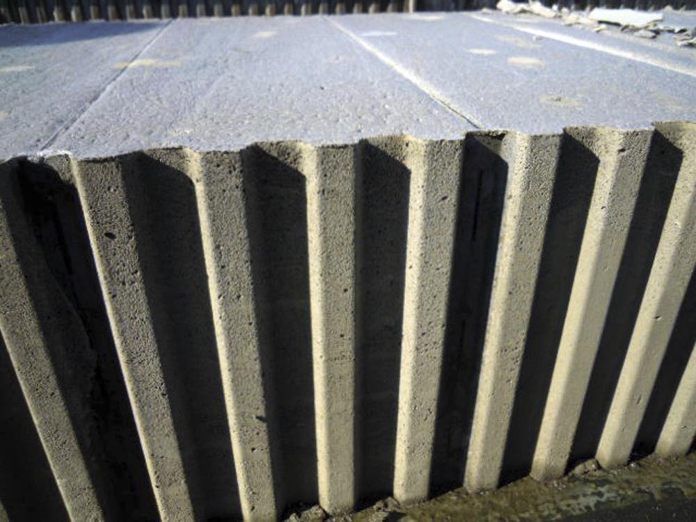 Cement-based masonry block / for load-bearing walls