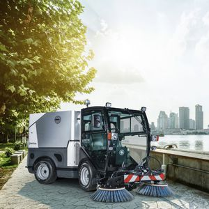 ride-on sweeping machine / street / suction