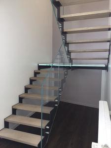 half-turn staircase / metal frame / wooden steps / glass steps