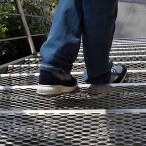 metal step / non-slip
