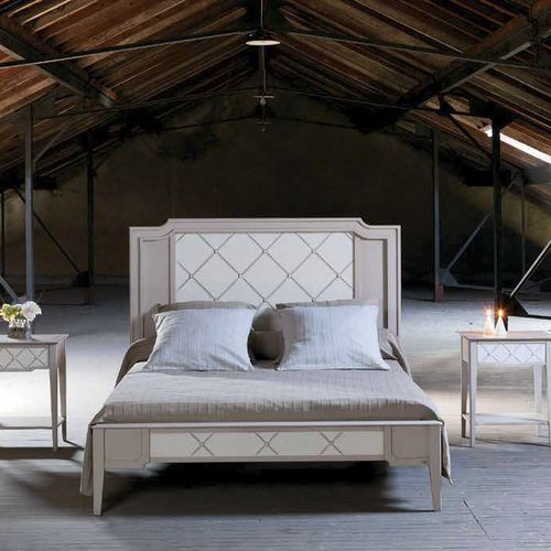 double bed / traditional / with headboard / wooden