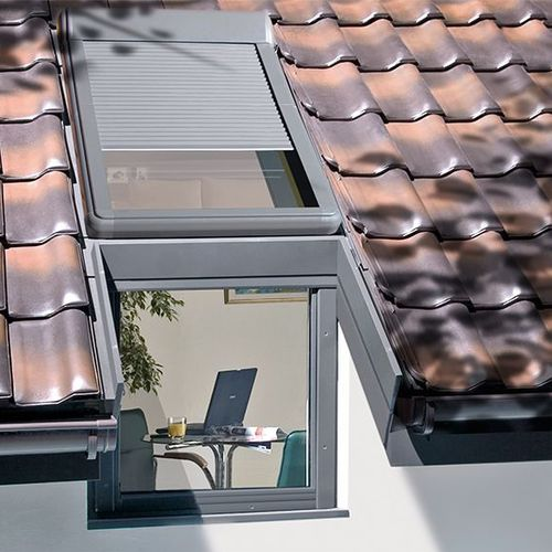 pivoting roof window