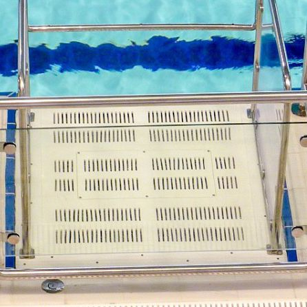 public pool lifting platform / outdoor