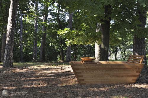 free-standing bathtub / oak