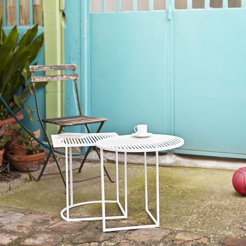 contemporary side table / lacquered steel / round / outdoor