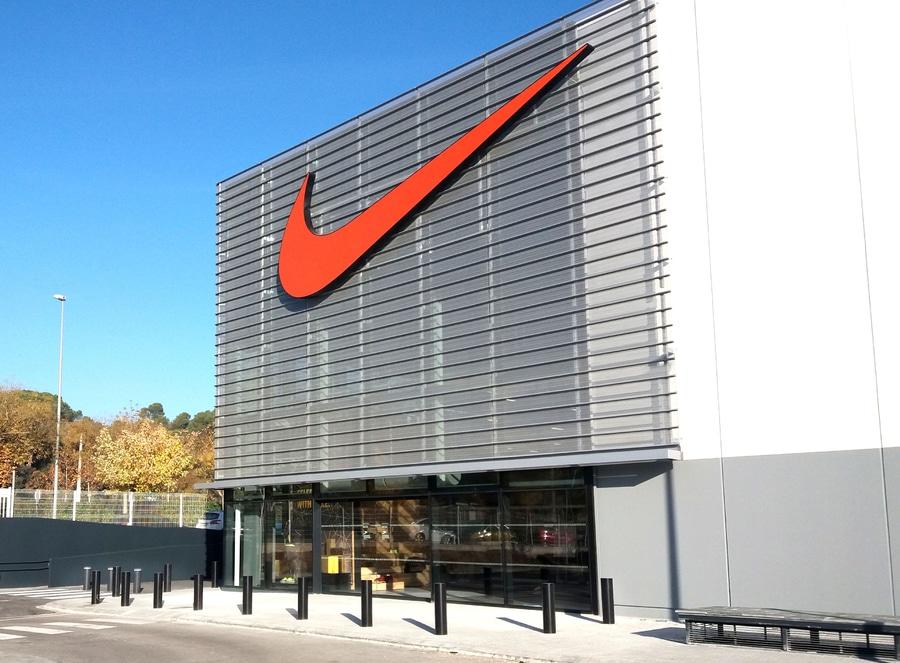 Resistente Adivinar Cita  Bollards at Nike Factory Store - 08430, Barcelona, Spain - Ado urban