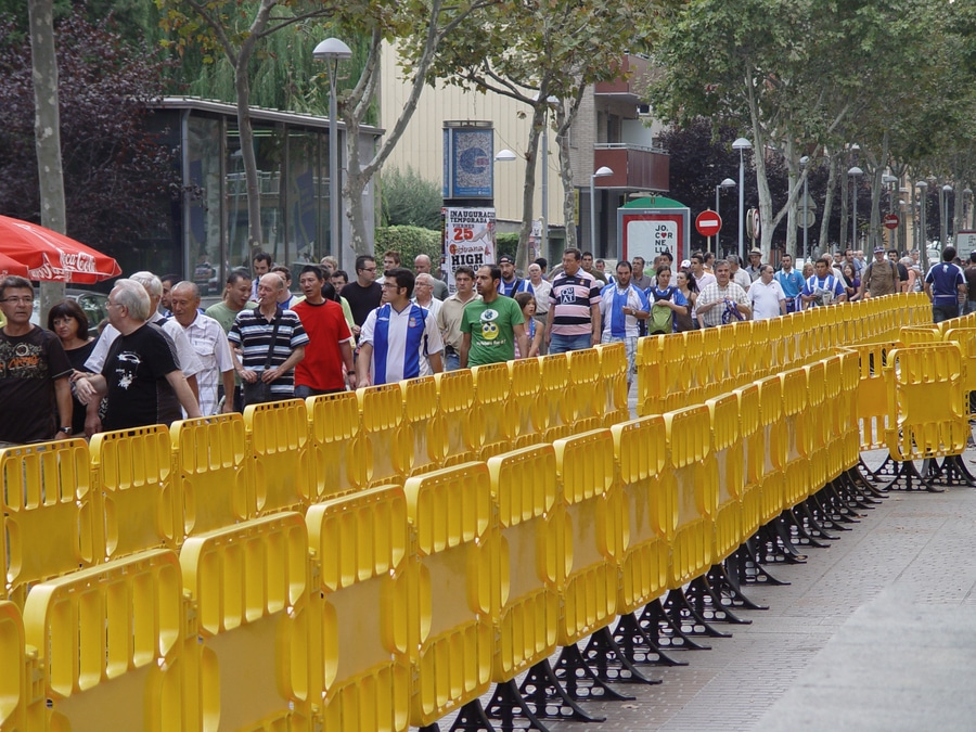 Plastic crowd control barriers - Barcelona, Spain - Ado urban