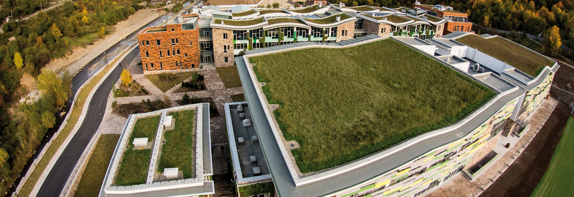 About 7000 m² of green roof ensure that the buildings blend into the surrounding National Park.