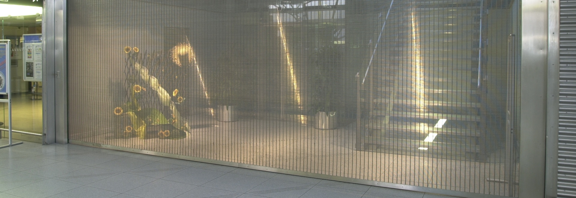 Roller shutters made of metal mesh for display windows, counters and underground garages
