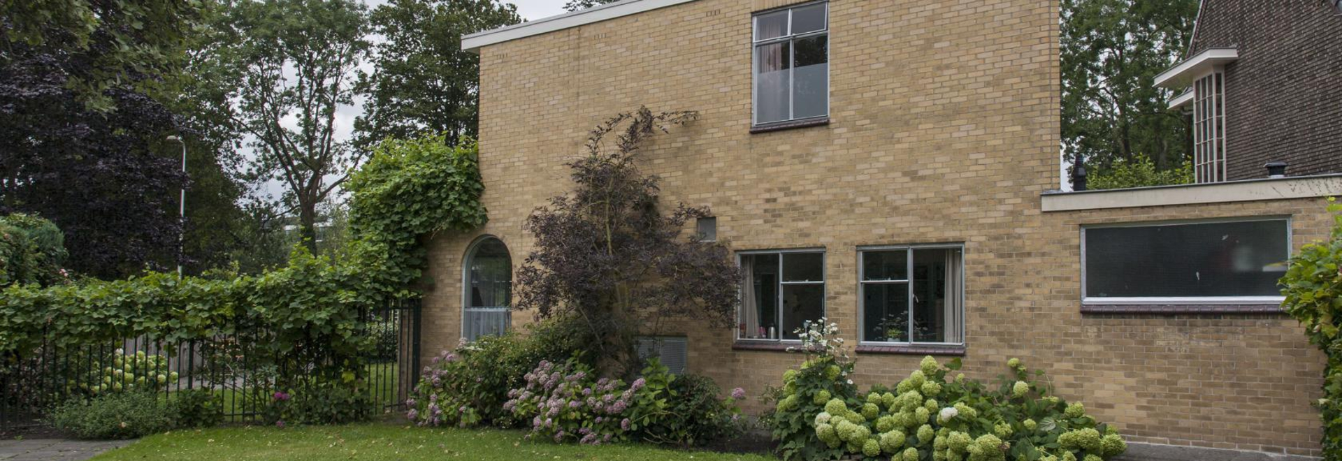 Utretch now has a new modernist house-museum in the shape of Sybold Ravesteyn's home, which recently opened to the public, just a stone's throw from the city's more famous Schröder House. Photograp...
