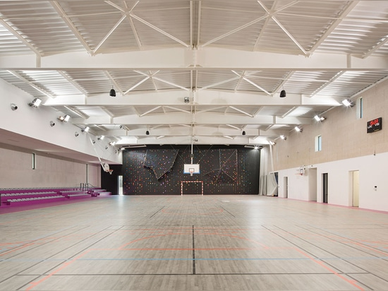 The facilities were designed to cater to the needs of the local high school, the city's sports clubs and the women's handball team. Photography: Mathieu Ducros