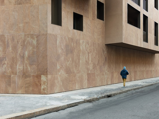 the layout and façade orientation of the previously demolished structure have been retained