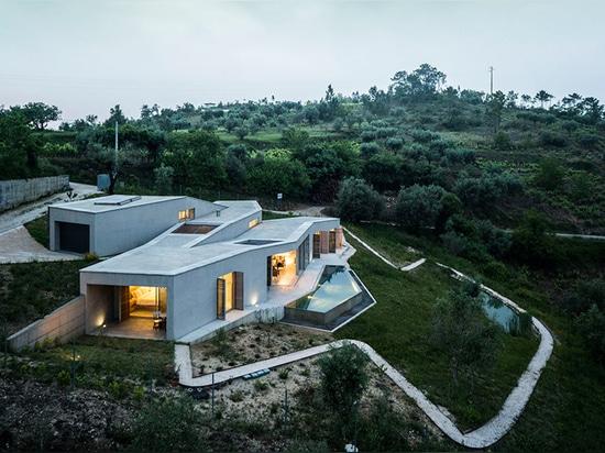 camarim arquitectos embeds casa na gateira into the portuguese landscape