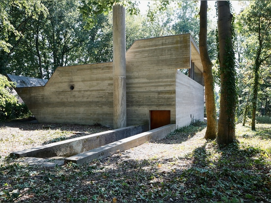 The bunker-like structure was designed to favour privacy, orientated towards the nature