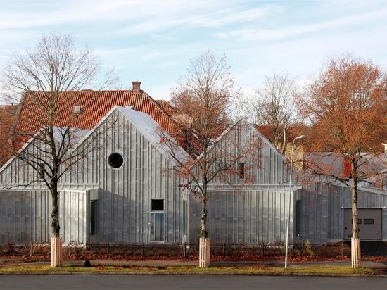 "Tengbom adds ""monolithic"" zinc-clad extension to Alingsås District Court"