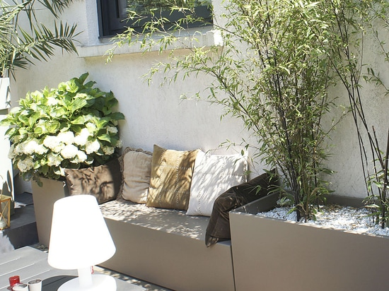 Cosy atmosphere with Image''In planters and bench