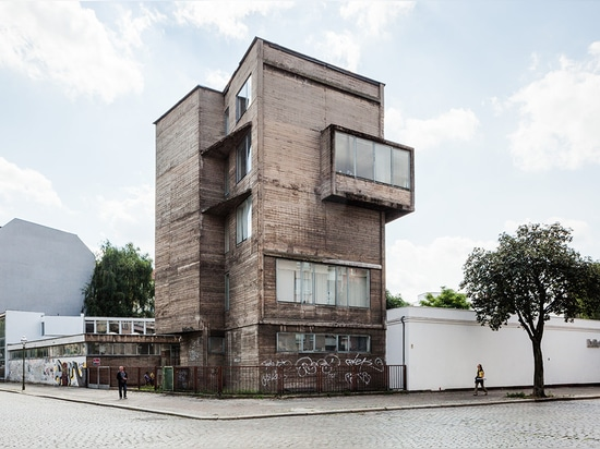 Klaus Kirsten's 1958 raw concrete rises from the ExRotaprint complex in Berlin's Wedding district. (Photo: © Martin Eberle, 2013. All images courtesy of ExRotaprint gGmbH)