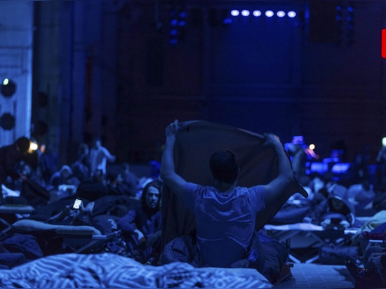...the audience prepares... (Photo: © Camille Blake/Berliner Festspiele)