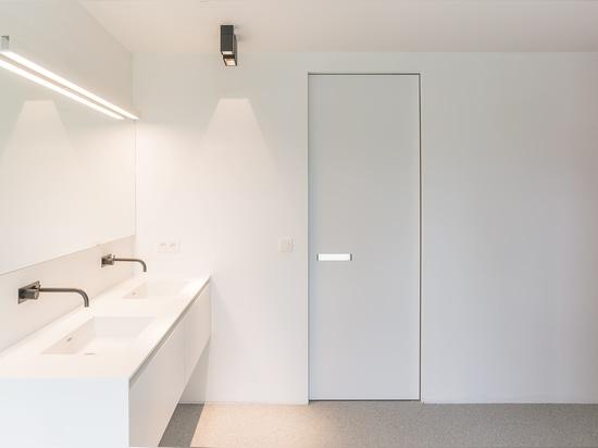 Interior door with built-in handle and invisible door frame